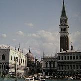 ヴェネティア、運河からサンマルコ広場を眺める